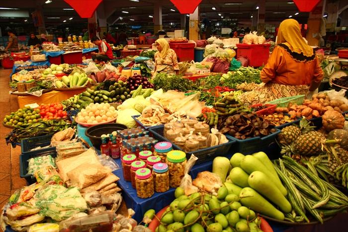 大巴刹的中央放着许多平台,马来妇女们就这样坐在平台上买菜。