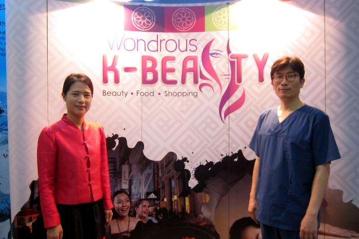 崔医生(左)与韩式传统按摩师合影。