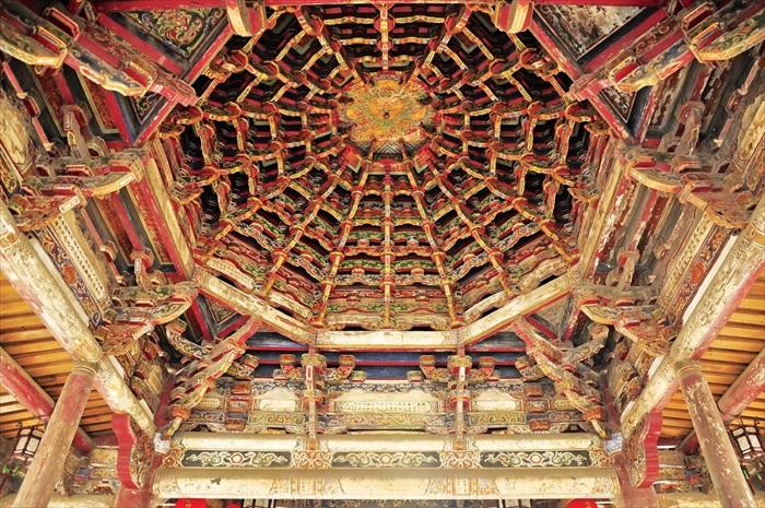"""必看:这就是位于戏台区上方为全台湾最大亦年代最早的""""八卦藻井""""。"""
