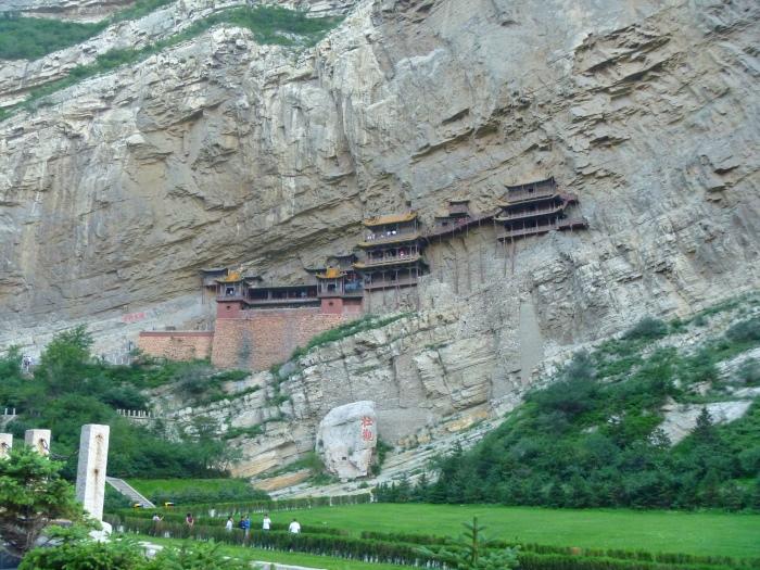 """唐开元二十三年(735年),李白游览悬空寺后,在岩壁上书写了""""壮观""""二字。"""