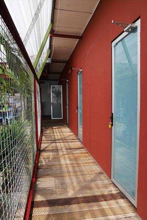 走廊的地板为木制,赤脚走能感觉更原始的风味。