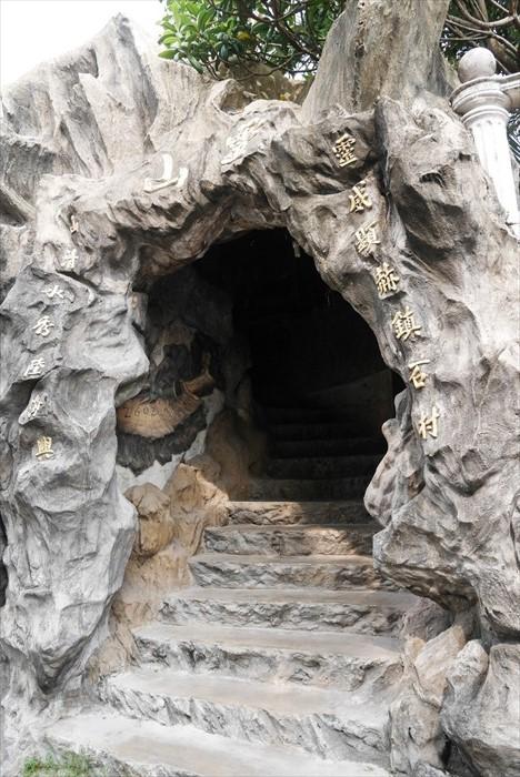 想要看巨龙,走进这小山洞。