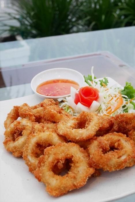 油炸为泰国菜其中一个烹调方法,这道泰式炸章鱼圈口感香脆又有咬劲,而且每一个章鱼圈都很大一块,诚意十足。