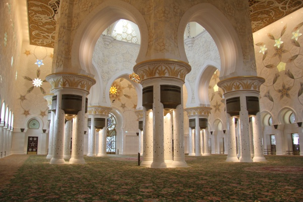 Sheikh Zayed Mosque main prayer hall - photo by FritzDaCat600