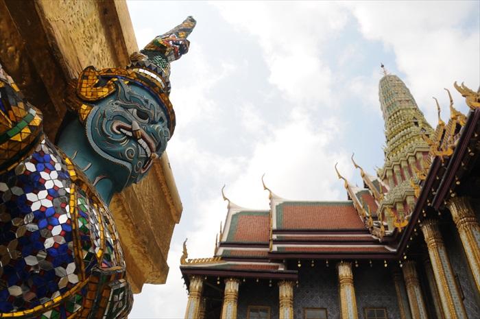 在曼谷大皇宫里抬头仰视,不但能欣赏高耸的建筑,更能避开人潮。
