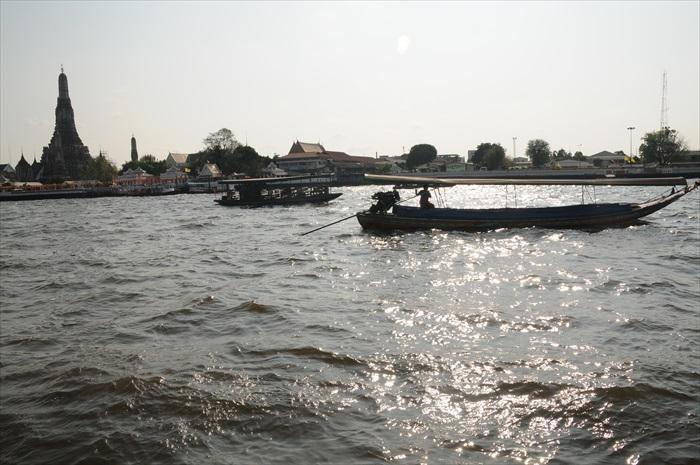 在卧佛寺旁的Tha Thien码头遥望黎明寺。