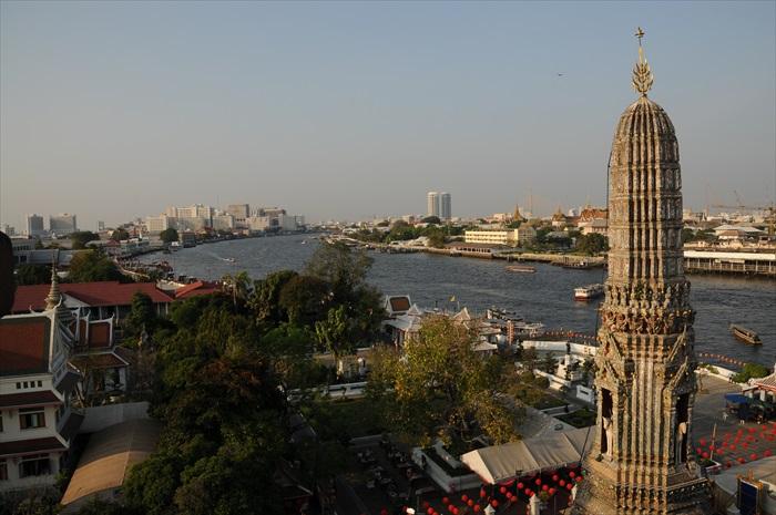 登上黎明寺最高点,可眺望湄南河风光。