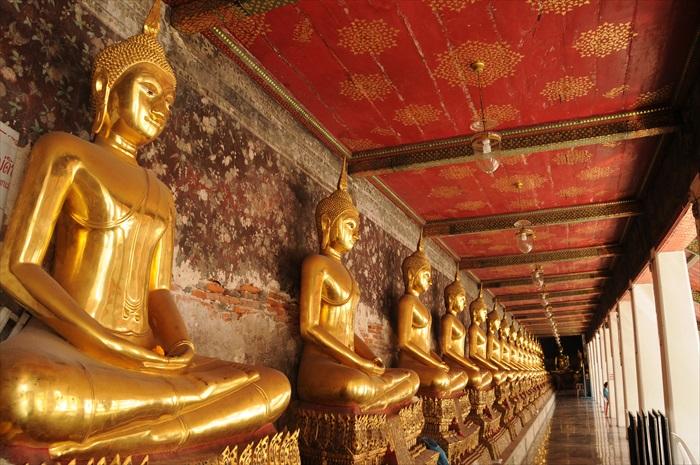 苏泰寺里整齐排列的佛像。
