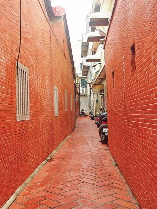 鹿港老街的巷子,非常狭窄。