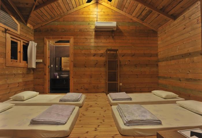松岩山庄的木屋内观。