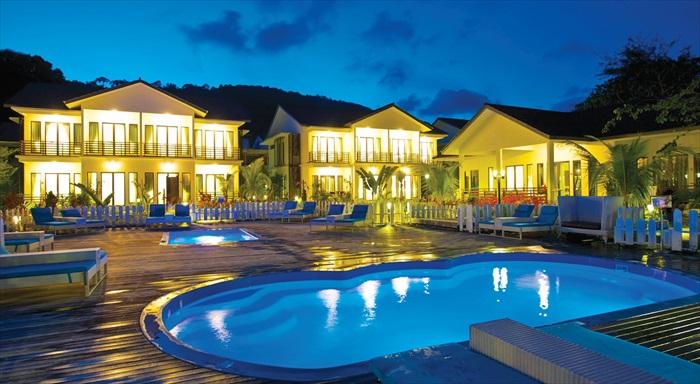 夜晚的泳池在灯光照射下非常有情调。