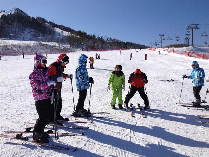 大人小孩都可以尽情享受滑雪的快感!