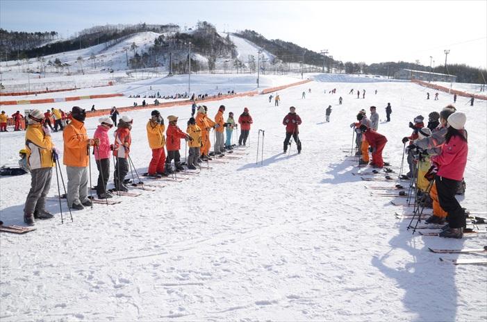 倘若你是首次滑雪也不用太担心,在场会有专业教练予你协助。