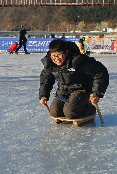 在这里可以进行多种雪上活动,图中的冰上雪橇就是其中一例。