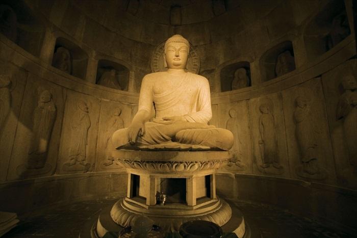 石窟庵里的佛像造工精细让人叹为观止。