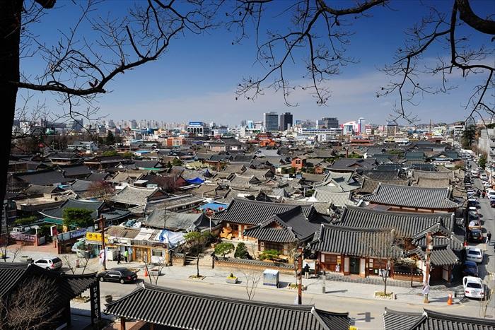 传统面貌的韩式村屋,搭配的却是现代化的咖啡屋、精致的手工制品店,全州韩屋村处处散发强烈却引人入胜的冲突感。