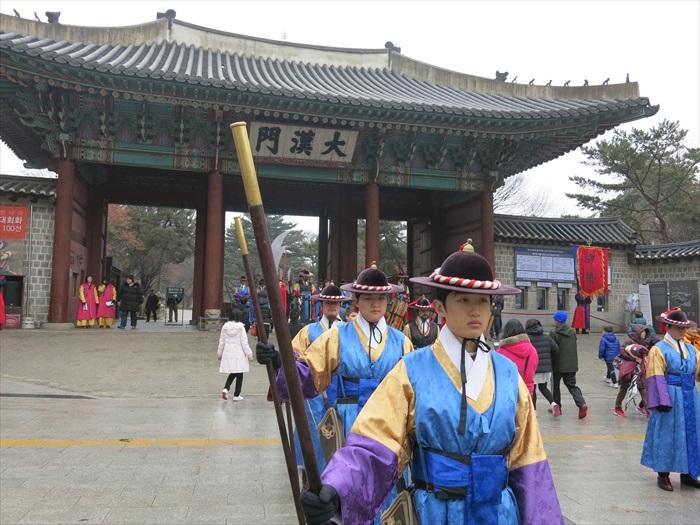 来对时间的话,可以在德寿宫一睹换岗仪式。官兵虽英伟但仅可拍照不得触碰哟!