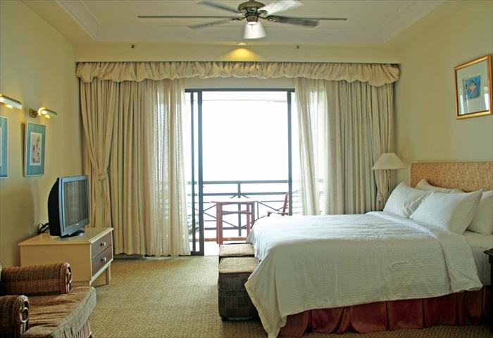 Penthouse套房里的设计让人感到宽敞、舒适和温和,而且还附有俯仰海景的阳台。
