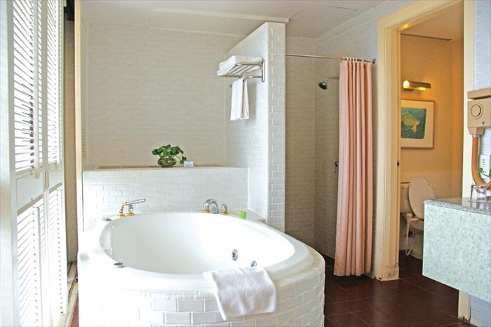 Cherating Suite里有个宽大洁白的浴缸,一边享受泡澡之余还能俯视窗外的海景。