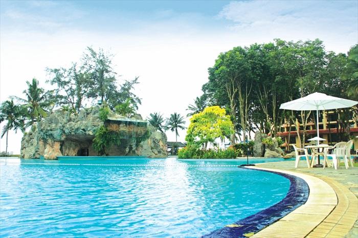 空间宽大的游泳池。