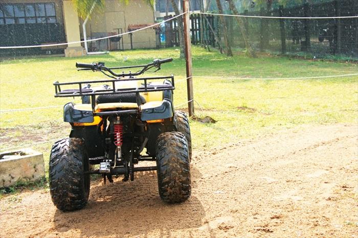 驾驶刺激的ATV到山丘上翻越,绝对刺激过瘾。