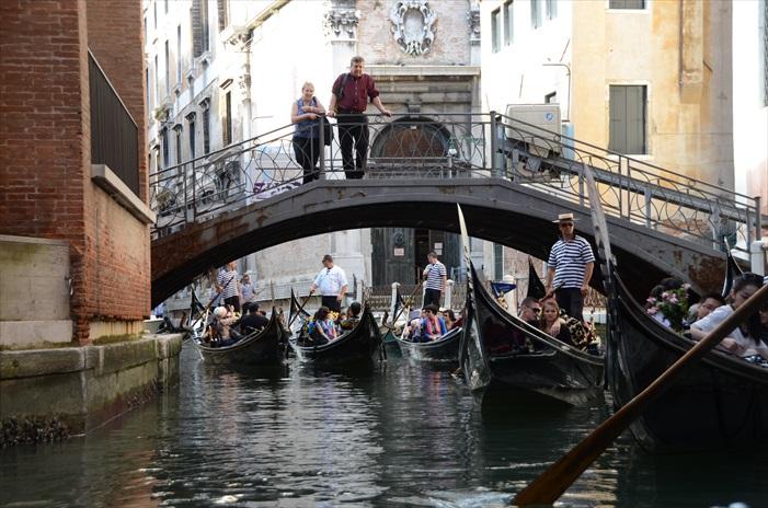 乘坐贡多拉是其中一个游览威尼斯的最佳方法。
