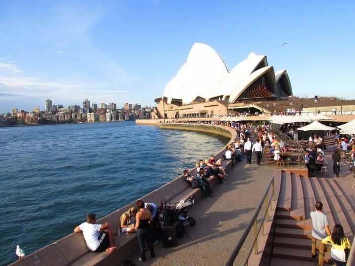 阳光灿烂的悉尼歌剧院沿岸景色