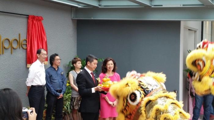 李益辉从醒狮处结果吉祥品。