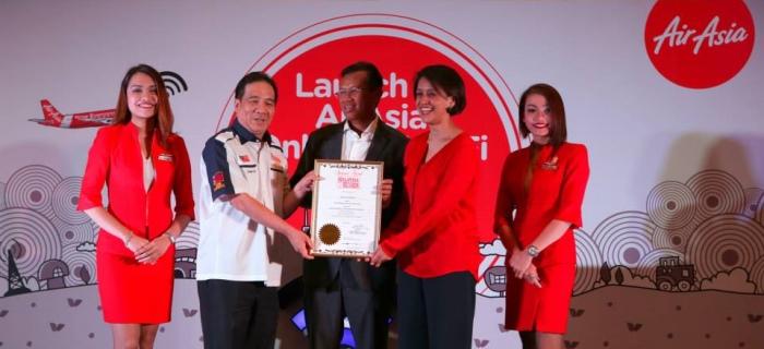 阿末沙比里(中)见证黄罕荣(左二)移交马来西亚纪录大全证书给艾琳奥玛(右二)。 (图:亚航面子书)