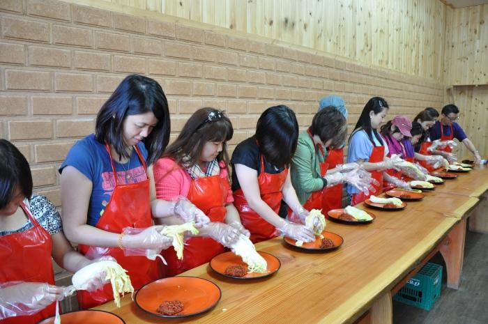 泡菜是韩国人饮食文化中不能或缺的部分,千里迢迢来到韩国,怎能不试试亲手制作泡菜?