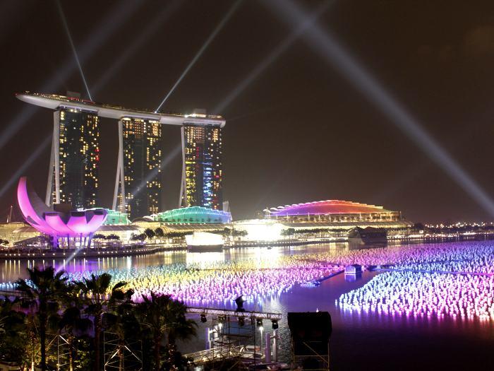 漂浮着的彩灯球,承载了集体的愿望寄希望!