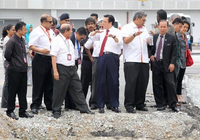 廖中莱宣布,亚洲太平洋工程师组织会长拿督蔡贤德将带领一支5人独立稽查委员会,对吉隆坡第二国际机场(KLIA2)进行全面的安全稽查。——图片摘自廖中莱Facebook。