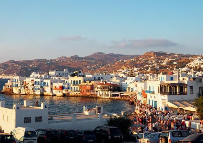 从风车山丘望下来是小威尼斯海湾,可以看到游客们都涌到海上餐馆。