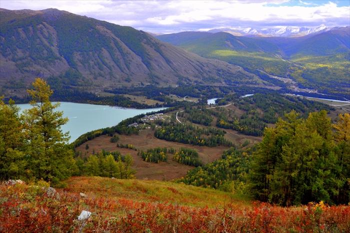 想要一探喀纳斯湖之美,从高处鸟瞰是其中一个方法。