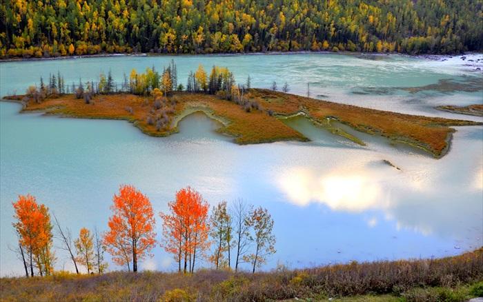 水色往往会随着自然环境因素而改变。