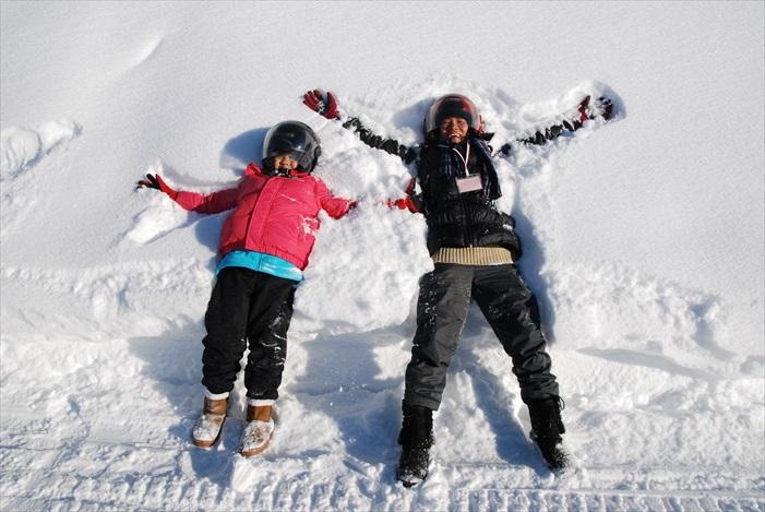 躺在北海道的粉末白雪上拍照是指定动作!