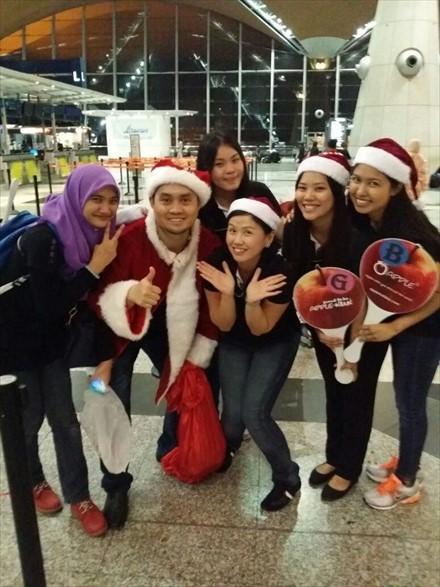 自称受到蘋果旅遊所託而来的圣诞老人,为大家带来了欢乐和小礼物。