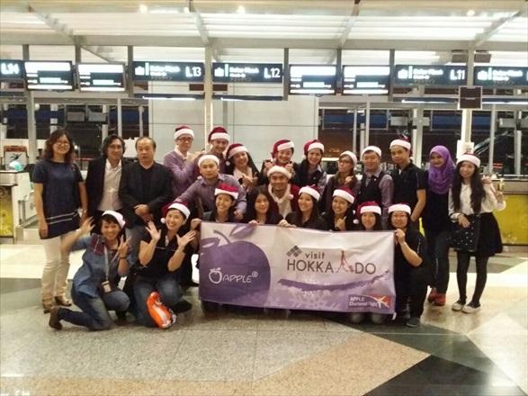 圣诞老人和蘋果人(Applenian)齐聚机场,为北海道之旅拉开序幕!