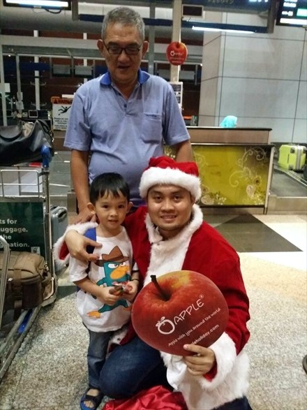 小孩看到圣诞老人超兴奋,但看到相机就冷却下来......