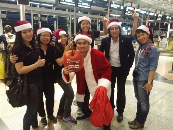 蘋果旅遊集团副董事经理拿督斯里许育兴(右二)也亲临现场,与大家欢度圣诞。