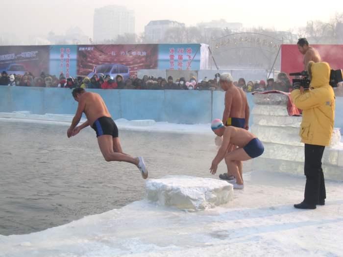 再冷也冷冻不了一心想跳进泳池的热火!