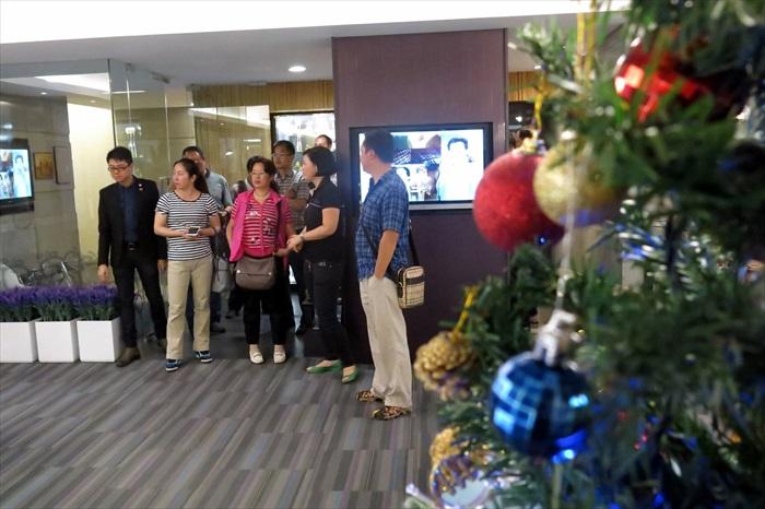 一行人参观蘋果旅遊2楼亚洲产品销售区。