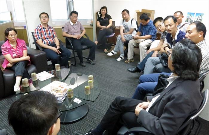 张家界的宾客和Koh san商讨中国旅游的难题和状况的探讨。