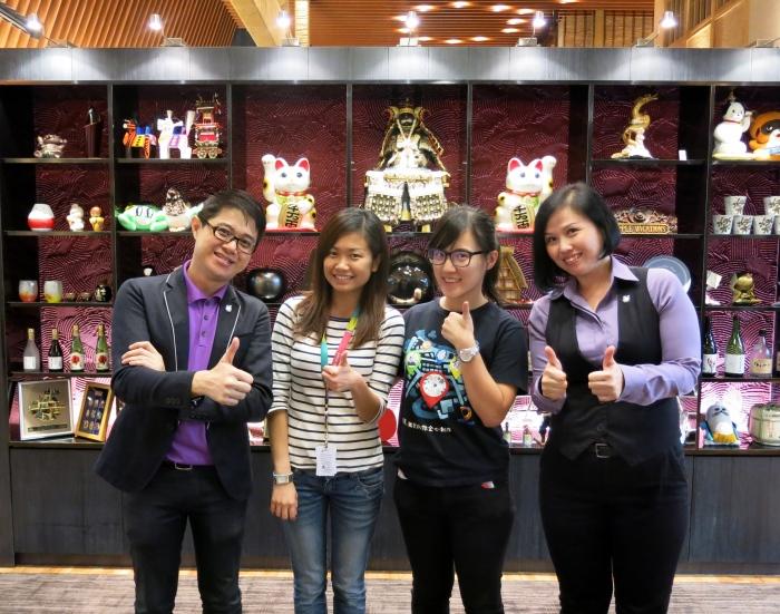 欢迎Astro AEC 《八点最热报》记者梁宝仪(左二)以及摄影记者郑佳雯(左三),左为蘋果101执行董事黄引辉,右为蘋果旅遊团体部高级经理邓丽君。