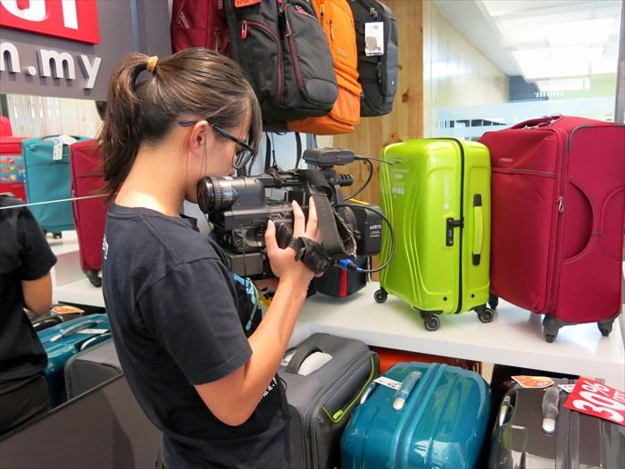 不忘将旅者必备行头——行李箱摄入镜内。