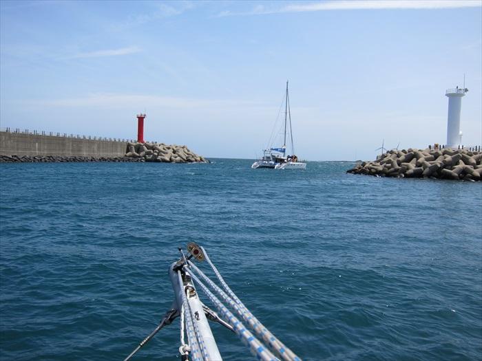 跨出灯塔之外,就能感受济州海浪的威力了。