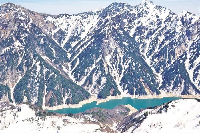从了望台往下看黑部湖,感觉是那么渺小。
