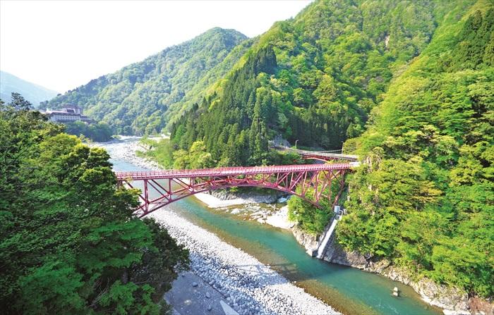坐上黑部峡谷小火车,穿梭在绵延山峦间。