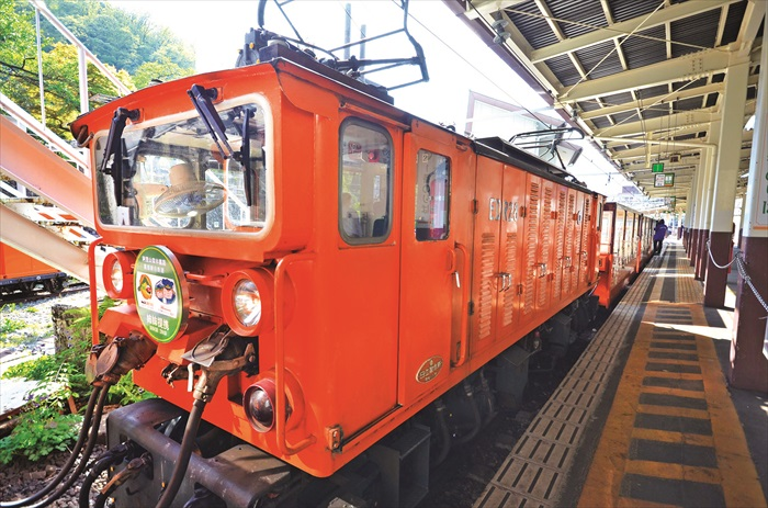 鲜橙色的小火车,超显眼的。