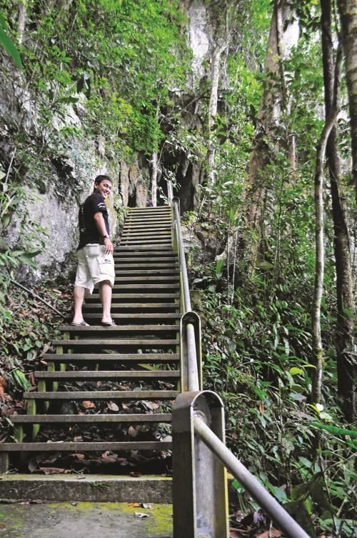 要进入清水洞,必须先爬过两百级的阶梯。